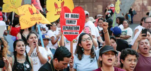 """知情人士9月3日透露,预计美国总统川普(特朗普)将于周二(9月5日)宣布,将正式废除""""童年来美暂缓遣返计划(DACA)"""",但会推延六个月才执行,使国会有时间决定是否要在立法中解决所谓""""梦想者""""的身份问题。  川普本人对童年来美的无证移民抱有很多同情心。许多人童年时来到美国,不保有在出生国的回忆或与出生国的联系。  川普在竞选期间抨击DACA计划是非法""""大赦"""",并发誓上任后取消该计划,但是他当选以来对这个问题难下决定。川普非常坦率,他在2月份的新闻发布会上说,DACA计划""""是我遇到的最难的问题之一""""。""""我们有很多了不起的孩子,我爱这些孩子。""""  美国媒体politico报导,高级白宫助手星期天(9月3日)下午热烈讨论实现总统竞选承诺废除DACA可能引发的政治风暴。两位消息人士说,司法部长塞申斯(Jeff Sessions)认为,应该由国会负责撰写移民法,而不是行政部门,应该将这个问题交给国会。"""