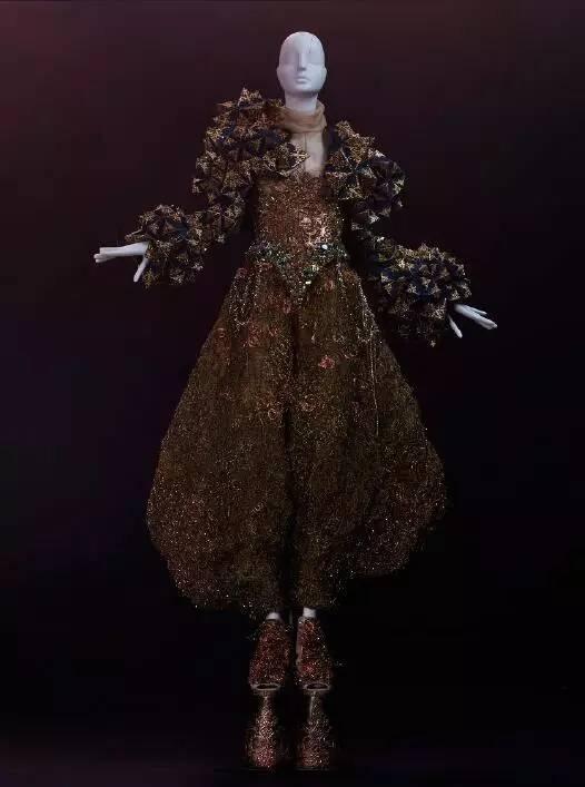 当地|看完又想再嫁一次!黄帮主和baby的礼服设计师亚城首次个展