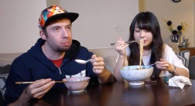 """最近打开Youtube会有种螺蛳粉的味道…老外挑战中华""""黑暗料理"""""""