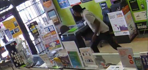 美国d得州歹徒持枪抢店 却被店员搞到求饶