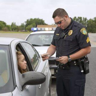 美国男子不愿摇下车窗接受检查,下1秒他就后悔了...