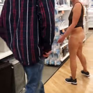 美女子仅着连体内衣超市闲逛 怒怼他人好奇心