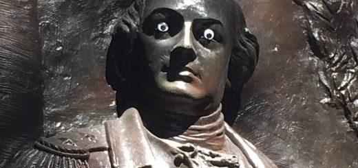美国佐治亚州一雕像被人装了双眼睛 当地政府:这是犯罪啊