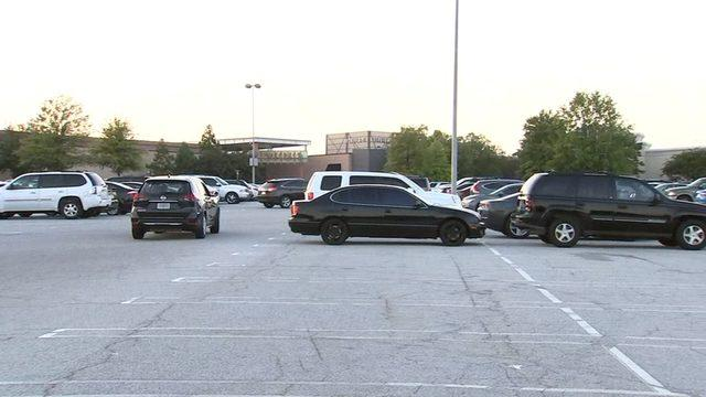 亚城一商场外 一晚上发生近 100 起偷盗案