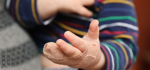 气炸! 每月2000美元的高档托儿所 猛关门夹伤孩子手 不叫救护车 断指不给家长