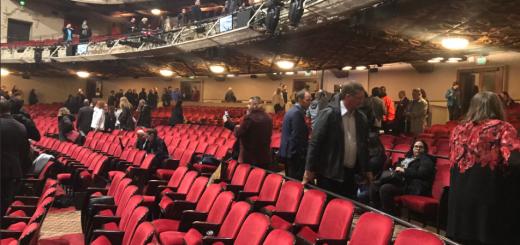 只凭一个字 就让百老汇观众惊慌撤离剧场 数人受伤