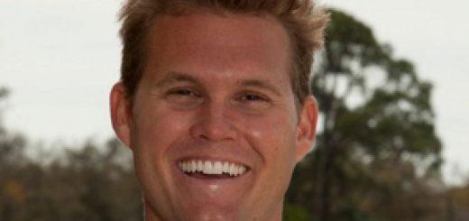 """据《福克斯新闻》(Fox News)报道,佛罗里达州(Florida)一名男子拥有哈佛大学学位和出色的应试技能,似乎是他在一所私立体育学院和预科学校担任大学入学考试准备负责人的最佳人选。  但联邦当局周二透露,马克·里德尔(Mark Riddell)利用自己对标准化考试的掌握,帮助未来的大学生在SAT和ACT考试中作弊,在一场持续了近10年的大范围名校入学贿赂计划中,他赚了20多万美元。  现年36岁的里德尔于本周二被控合谋进行邮件诈骗和诚实服务邮件诈骗,以及合谋洗钱。此前,警方对50人进行了长期调查,其中包括女演员洛莉·劳夫林(Lori Loughlin)和菲丽西提·霍夫曼(Felicity Huffman)。里德尔被指控在2011年至2018年期间与威廉·里克·辛格(William Rick Singer)合作,帮助富人的孩子进入精英大学。  """"他真的是一个非常聪明的人,""""美国律师安德鲁·莱林(Andrew Lelling)在周二的新闻发布会上谈到里德尔时说。""""他没有关于答案的内部信息,他只是足够聪明,可以根据要求得到接近完美的分数,或者校准分数。""""   马克·里德尔(Mark Riddell)。(图片来源:IMG学院) 这位36岁的佛罗里达人从2000年到2004年就读于哈佛大学,与此同时,脸书的创始人马克·扎克伯格(Mark Zuckerberg)也在这所名校就读。里德尔曾短暂地成为一名职业网球运动员,之后于2006年开始在IMG学院(IMG Academy)工作,在那里他是一名校友,一直工作到这周二。  根据里德尔在IMG学院网站上被删除的个人简介页面,他曾是该校高考准备工作的负责人。除了招聘SAT和ACT辅导老师,该校此前还赞扬里德尔帮助""""成千上万的学生获得了斯坦福大学(Stanford University)、杜克大学(Duke University)、哥伦比亚大学(Columbia University)、达特茅斯大学(Dartmouth College)等美国顶尖大学的录取通知书""""。  他的简介上写道:""""他的备考知识、辅导能力、运动背景和作为前IMG学院学生的经验,使他成为IMG学院学生的重要导师。""""  然而,法庭周二公布的文件显示,里德尔在休假期间为其他潜在学生填写SAT和ACT泡沫表格,以换取从他帮助的每一个人那里得到1万美元。在辛格发起的这场分两部分的骗局中,里德尔扮演了关键角色。辛格称里德尔是""""最好的应试者"""",能够""""得分""""。""""他十分的厉害。""""  记录显示:""""辛格同意一些家长的意见,他们的孩子原本计划参加SAT或ACT考试,作为大学录取程序的一部分,秘密地让里德尔代替孩子参加考试,或者在孩子完成考试后纠正孩子的答案。""""  莱林说,辛格让父母带他们的孩子去看治疗师以获得文件,说明孩子们有学习障碍,并且需要额外的时间来参加标准化测试。   威廉·里克·辛格(William Rick Singer)。(图片来源:美联社) 据检察官称,里德尔随后涉嫌贿赂考试管理人员,并在考试期间与学生坐在一起,帮助他们或纠正答案,以便他们取得高分,但""""不太引人注目"""",不会引起怀疑。  文件显示,在2018年6月的一起事件中,里德尔同意飞往得克萨斯州休斯顿(Houston, Texas),与一名客户的儿子坐在一起,观看他进行ACT考试。然后他会纠正学生的答案,以确保学生""""会得到高分""""。  这名学生最终因为生病无法按计划前往休斯顿。于是辛格把这位客户儿子的笔迹抄送给里德尔,里德尔在他的酒店房间里替这位学生代劳。里德尔在考试后给辛格打了电话,并预测他的客户的儿子会在考试中把36个人中的35个人吓跑。  IMG学院周二宣布,里德尔已被停职。  """"今天(星期二)我们了解到对马克·里德尔的指控。 在我们调查此事时,里德尔已被无限期停职,""""学校在一份声明中表示。  辛格星期二认罪,承认他经营自己的公司和慈善机构Key Worldwide Foundation,贿赂那些愿意支付高达650万美元让孩子上大学的父母。据《福克斯新闻》(Fox News)报道,佛罗里达州(Florida)一名男子拥有哈佛大学学位和出色的应试技能,似乎是他在一所私立体育学院和预科学校担任大学入学考试准备负责人的最佳人选。  但联邦当局周二透露,马克·里德尔(Mark Riddell)利用自己对标准化考试的掌握,帮助未来的大学生在SAT和ACT考试中作弊,在一场持续了近10年的大范围名校入学贿赂计划中,他赚了20多万美元。  现年36岁的里德尔于本周二被控合谋进行邮件诈骗和诚实服务邮件诈骗,以及合谋洗钱。此前,警方对50人进行了长期调查,其中包括女演员洛莉·劳夫林(Lori Loughlin)和菲丽西提·霍夫曼(Felicity Huffman)。里德尔被指控在2011"""