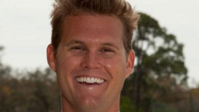 """据《福克斯新闻》(Fox News)报道,佛罗里达州(Florida)一名男子拥有哈佛大学学位和出色的应试技能,似乎是他在一所私立体育学院和预科学校担任大学入学考试准备负责人的最佳人选。 但联邦当局周二透露,马克·里德尔(Mark Riddell)利用自己对标准化考试的掌握,帮助未来的大学生在SAT和ACT考试中作弊,在一场持续了近10年的大范围名校入学贿赂计划中,他赚了20多万美元。 现年36岁的里德尔于本周二被控合谋进行邮件诈骗和诚实服务邮件诈骗,以及合谋洗钱。此前,警方对50人进行了长期调查,其中包括女演员洛莉·劳夫林(Lori Loughlin)和菲丽西提·霍夫曼(Felicity Huffman)。里德尔被指控在2011年至2018年期间与威廉·里克·辛格(William Rick Singer)合作,帮助富人的孩子进入精英大学。 """"他真的是一个非常聪明的人,""""美国律师安德鲁·莱林(Andrew Lelling)在周二的新闻发布会上谈到里德尔时说。""""他没有关于答案的内部信息,他只是足够聪明,可以根据要求得到接近完美的分数,或者校准分数。"""" 马克·里德尔(Mark Riddell)。(图片来源:IMG学院) 这位36岁的佛罗里达人从2000年到2004年就读于哈佛大学,与此同时,脸书的创始人马克·扎克伯格(Mark Zuckerberg)也在这所名校就读。里德尔曾短暂地成为一名职业网球运动员,之后于2006年开始在IMG学院(IMG Academy)工作,在那里他是一名校友,一直工作到这周二。 根据里德尔在IMG学院网站上被删除的个人简介页面,他曾是该校高考准备工作的负责人。除了招聘SAT和ACT辅导老师,该校此前还赞扬里德尔帮助""""成千上万的学生获得了斯坦福大学(Stanford University)、杜克大学(Duke University)、哥伦比亚大学(Columbia University)、达特茅斯大学(Dartmouth College)等美国顶尖大学的录取通知书""""。 他的简介上写道:""""他的备考知识、辅导能力、运动背景和作为前IMG学院学生的经验,使他成为IMG学院学生的重要导师。"""" 然而,法庭周二公布的文件显示,里德尔在休假期间为其他潜在学生填写SAT和ACT泡沫表格,以换取从他帮助的每一个人那里得到1万美元。在辛格发起的这场分两部分的骗局中,里德尔扮演了关键角色。辛格称里德尔是""""最好的应试者"""",能够""""得分""""。"""