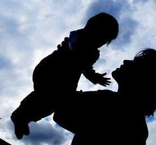 民调:美国的孩子也长不大? 父母会帮他们找工作付房租