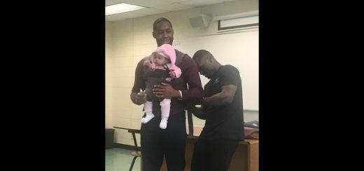 暖心!美国一名男学生带娃上课 教授有爱充当奶爸