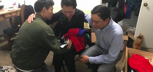 航校自杀中国学生家属来到儿子生前宿舍