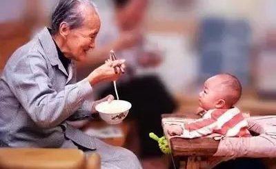 """移民老人向子女索要""""带孙费"""",华人因教育观念引家庭大战,这钱该不该给?"""