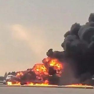俄航迫降起火造成41人丧生,逃生不忘拿行李的乘客要背多少锅?