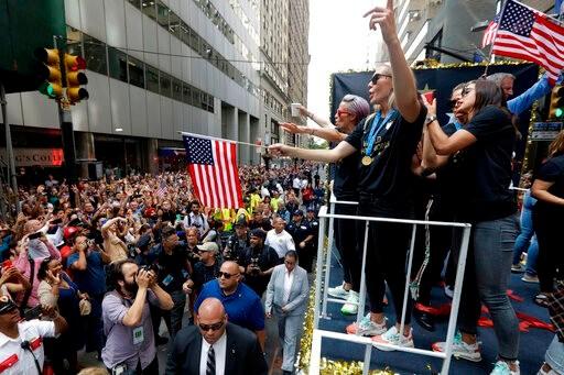 女足夺冠大游行当日 纽约州长签法案确保同工同酬