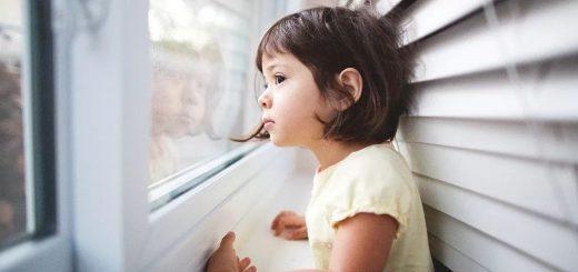 痛心!一个月内已三起!没防护栏,2岁华童纱窗漏出坠楼