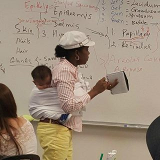 心疼带孩子的学生,美国教授一边讲课一边帮学生背宝宝,网上获赞