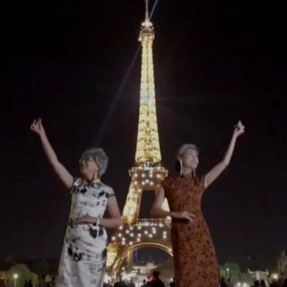 中国奶奶穿旗袍游巴黎走红:不仅要看风景,也要成为风景