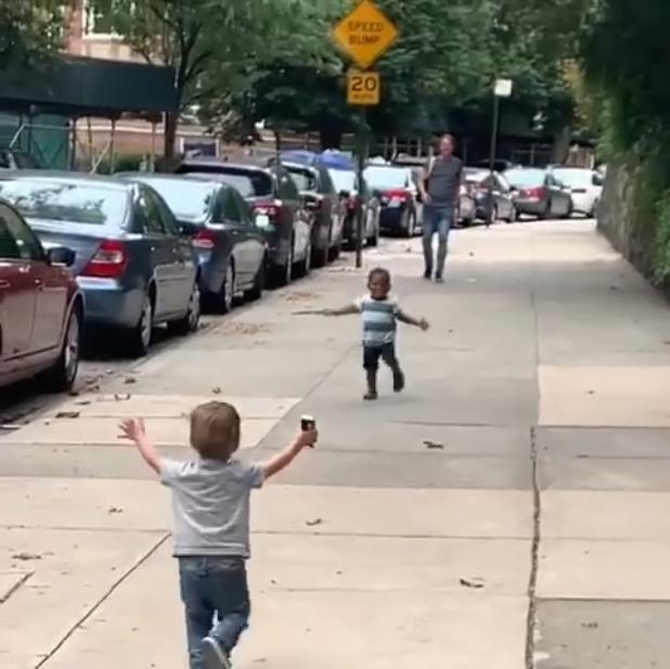 """2岁男童拥抱问候视频网络疯传 """"这个世界想要一点希望"""""""
