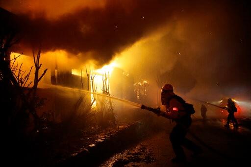 火势未减又遇强风 加州2500万人接火灾警告