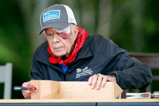 跌倒后眉心缝14针 前总统卡特如期赴田纳西参加慈善建屋活动(多图)