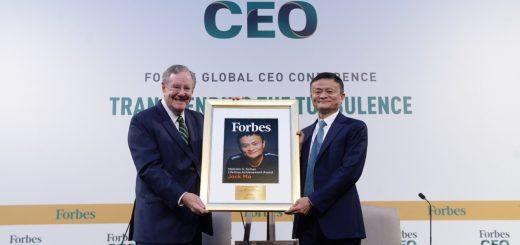 """10月15日晚,在新加坡举行的2019福布斯全球CEO大会现场,马云被授予福布斯终身成就奖,以表彰他在全球范围内坚持和倡导企业家精神,帮助一代人通过互联网获得成功。马云也是13年来全球首位获得该奖项的互联网行业领导者。  福布斯授予马云终身成就奖:创新初心和成就完全可以得诺奖_图1-3   福布斯媒体集团主席、《福布斯》总编辑史蒂夫·福布斯在颁奖词中盛赞马云,""""不仅是我们这个时代、更是有史以来世界上最伟大的企业家英雄之一""""。福布斯认为,马云不仅创造了阿里巴巴这家伟大的公司,而且带动了中国乃至全世界小微企业的蓬勃发展,是我们这个时代最有影响力的人之一。  在随后的对话中,史蒂夫·福布斯更对马云表示,""""你创业的初心和成绩,我觉得完全可以获得诺贝尔奖!""""  作为全球最具影响力的商业杂志,福布斯于2006年设立了马尔科姆•福布斯终身成就奖,以表彰杰出企业家的终身成就。这个以福布斯集团已故主席命名的奖项,代表了福布斯家族和集团对企业家成就和企业家精神的最高赞誉。成立13年来,全球仅7名企业家获奖。马云是首个也是唯一来自互联网科技领域的获奖者。据史蒂夫·福布斯现场介绍,2019年是其父亲马尔科姆•福布斯的百年诞辰,在这一年颁授这一奖项意义尤为重大。  终身成就就是终身成就他人。回顾马云的创业历程,帮助他人成功是始终不变的坚持。早在2000年,马云第一次登上福布斯杂志时,他就坚信阿里巴巴的未来是""""改变世界""""。当时阿里巴巴刚刚成立18个月,还在亏损中苦苦挣扎,马云思考的却是""""让天下没有难做的生意""""。他告诉记者,未来数万亿美元的全球贸易一定会实现网络化,小企业和年轻人可以全球买、全球卖。  19年间,马云用极具前瞻性的商业思想,和始终关注小企业、普通人的企业家精神,帮助整整一代中国人抓住了电子商务机遇,实现了当年的宏愿。如今,阿里巴巴已从18人的创业团队成长为全球领先的数字经济体,为社会带来4000多万就业机会,也为全球小企业和年轻人打造了一个实现梦想的平台。  这一努力也得到了世界的正视和回报。20天前,同样是为了表彰马云所代表的企业家精神,以及在全球公益和教育领域做出的突出贡献,比利时国王菲利普亲自授予马云比利时王国大将军级皇冠勋章。"""
