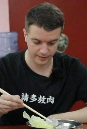 老外恋上天朝高中校服?中国留学生笑了:原来土到极致就是潮???