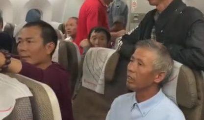 怒了! 119名中国乘客被赶下飞机 强制搜身 就因一黑人说丢了钱!更坑爹的是...