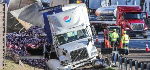 百事可乐卡车撞到I-285的隔离带后造成高速公路狂堵