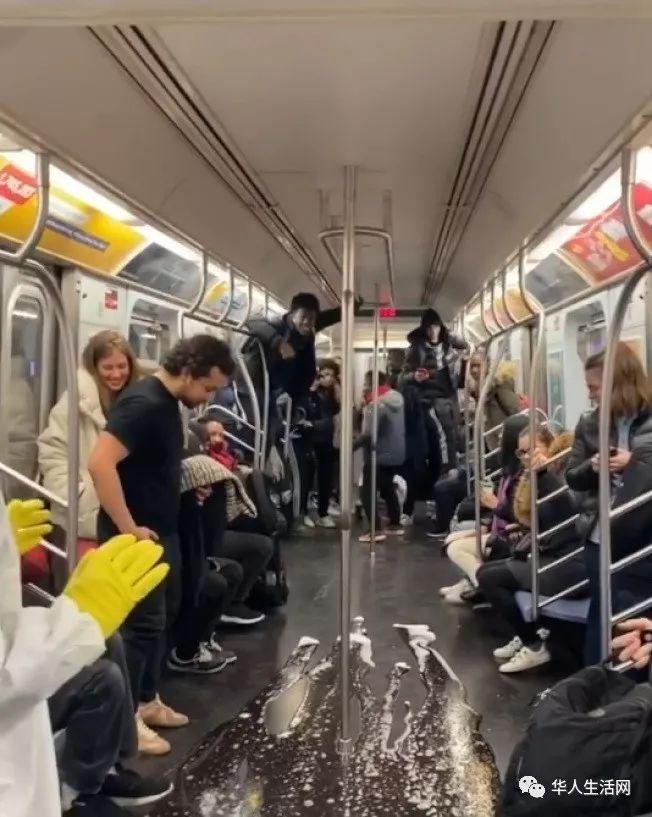 """纽约地铁乘客被泼不明""""病液"""",现场尖叫声不断"""