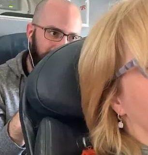 """吵翻了! 大妈在飞机上调椅背 遭后座疯狂拳击 到底谁是""""贱人""""?"""