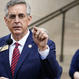 2020年11月13日,被告上法庭的乔治亚州州务卿拉芬斯珀格(Brad Raffensperger),11日在亚特兰大宣布重新计票。 (AP)