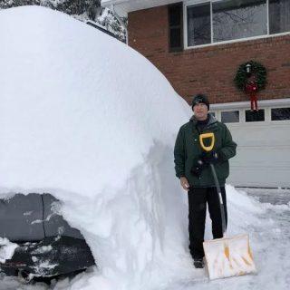 纽约州天降暴雪足足一米厚!车和房全都被埋了,只剩白茫茫!