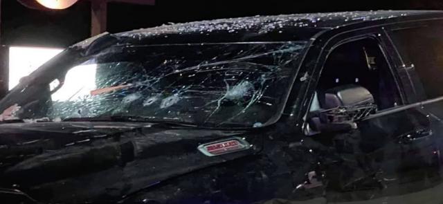 惊悚!佐州男子喝醉被赶,下一秒就开车撞回酒吧并持枪开火!顾客的反应赞爆了!
