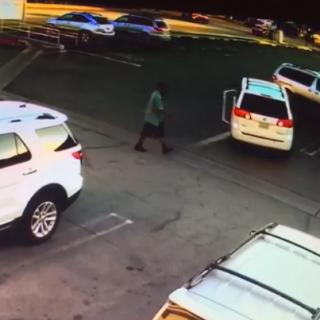 华人又被盯上!洛杉矶超市门前,华女倒车,西裔男撞车碰瓷!